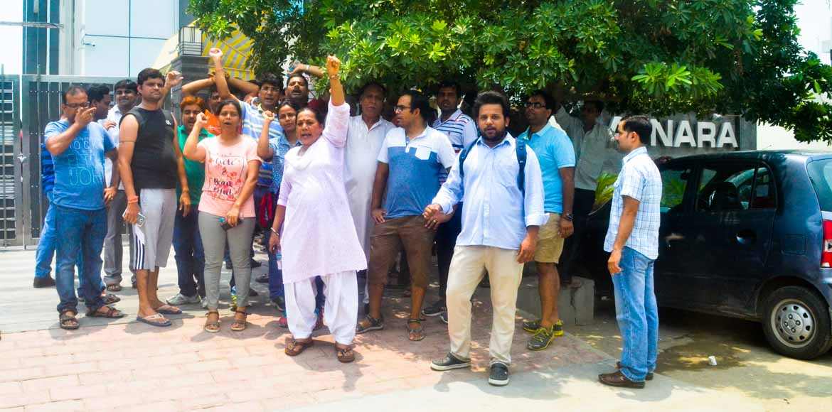 Noida: Homes 121 residents take protest to builder