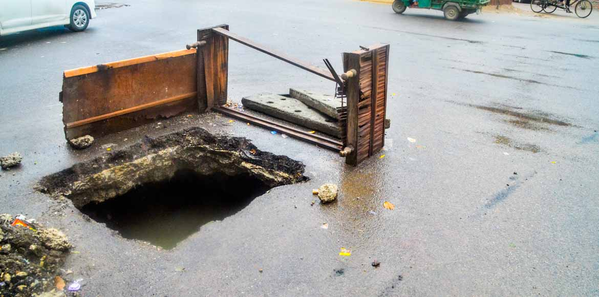 Gaping hole poses life threat at an Indirapuram T intersection