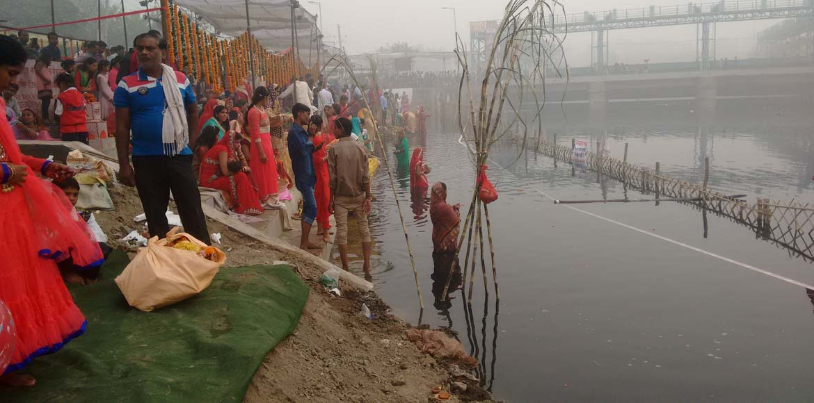 Pollution, dirty water fail to deter Chhath Puja d