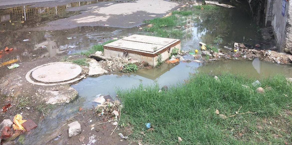 Vaibhav Khand streets inundated with overflowing sewer water