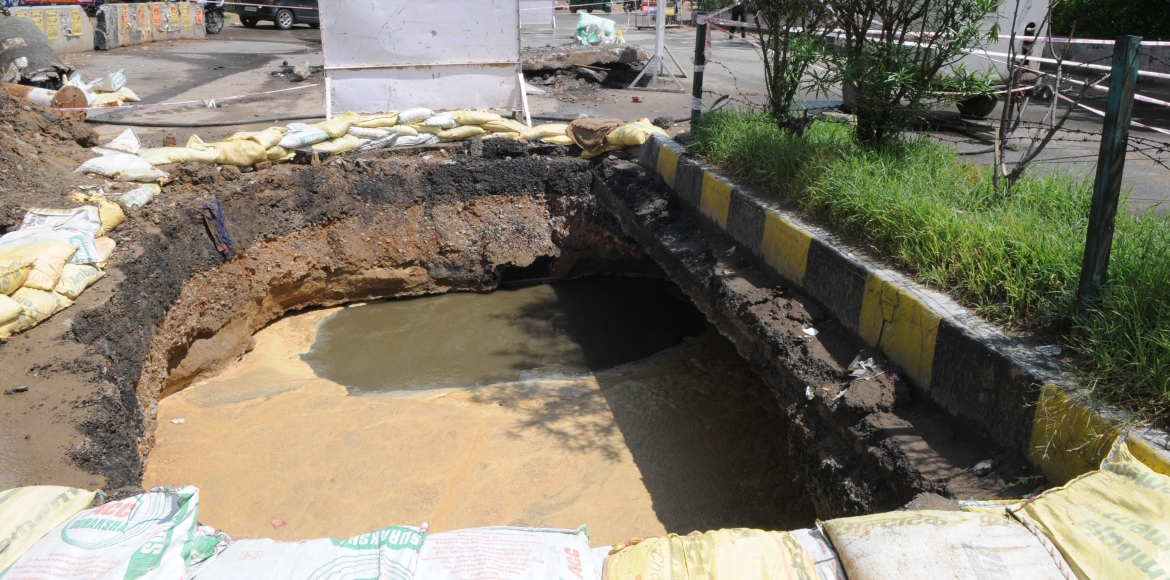 Gurgaon, Jharsa: Sewage line burst causes road to cave in