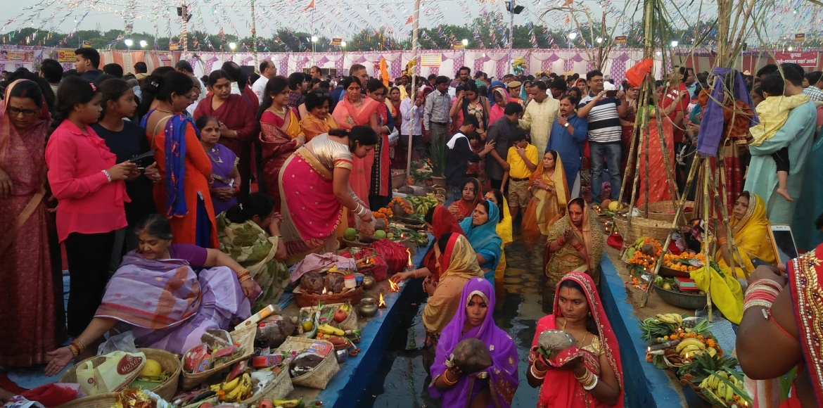 Loose dust kicks up a storm as devotees throng ghats