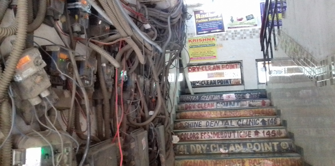 Dwarka: Cluttered electrical wirings at staircase