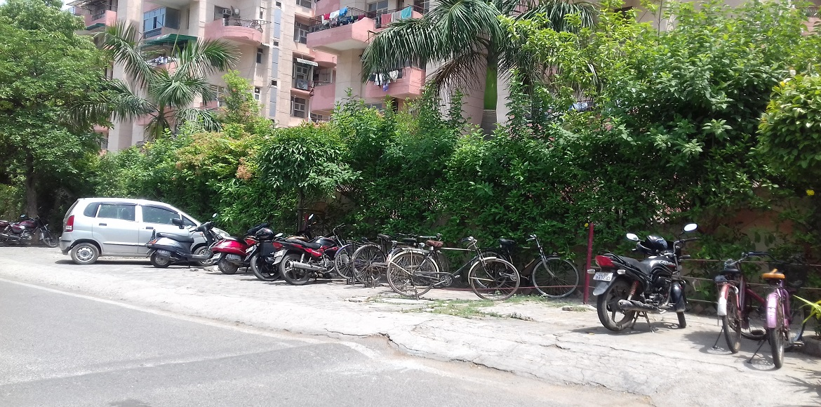 Dwarka: People condemn CGGS's encroachment of footpaths for visitor parking