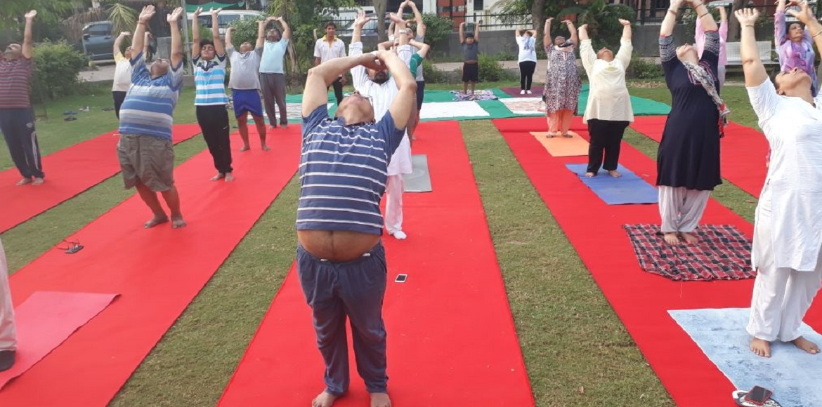 Noida: Hundreds of residents participate in Yoga camp with all enthusiasm