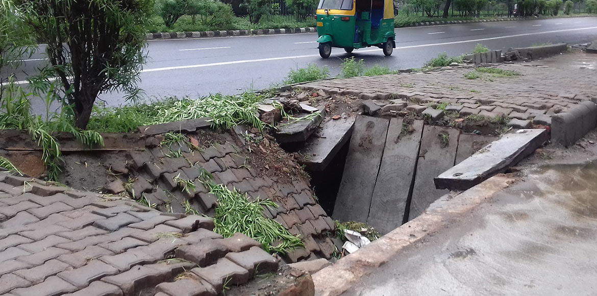 Dwarka: Strollers vulnerable to fall as caved in portions yet to be cordoned off
