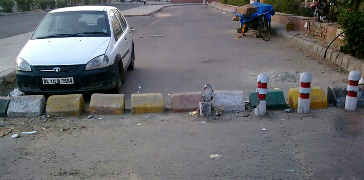 Dwarka: Blocked service lane in Sector 12 leads to