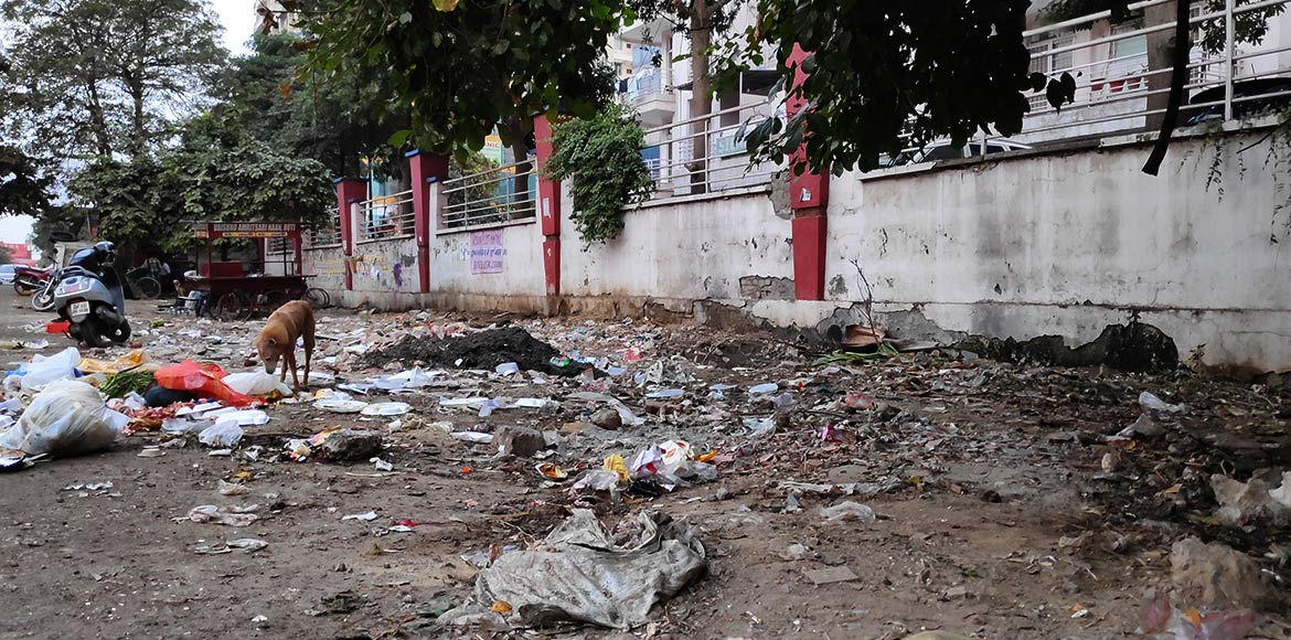 I'puram: Boundary wall of Mahagun Mansion phase I smells like a public toilet