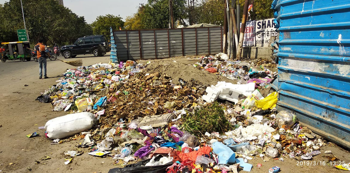 Despite cleanliness drives, garbage scattered on sides of roads in Noida, GreNo