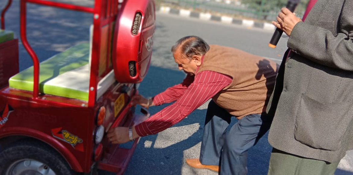 Dwarka: Senior citizens take steps to make e-rickshaws visible at night