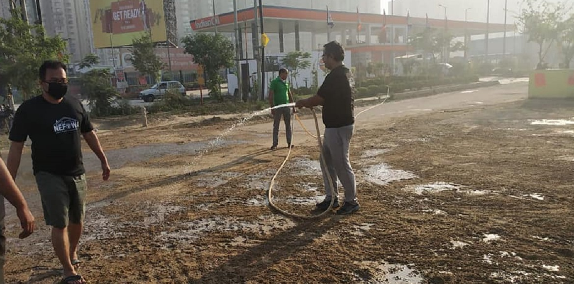 Seeing GreNo Authority's ignorance, residents come out to clean road