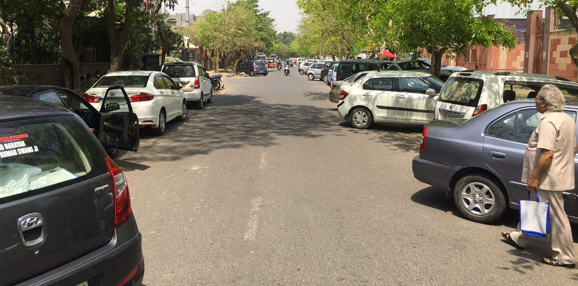 Dwarka: Traffic mess in front of housing societies