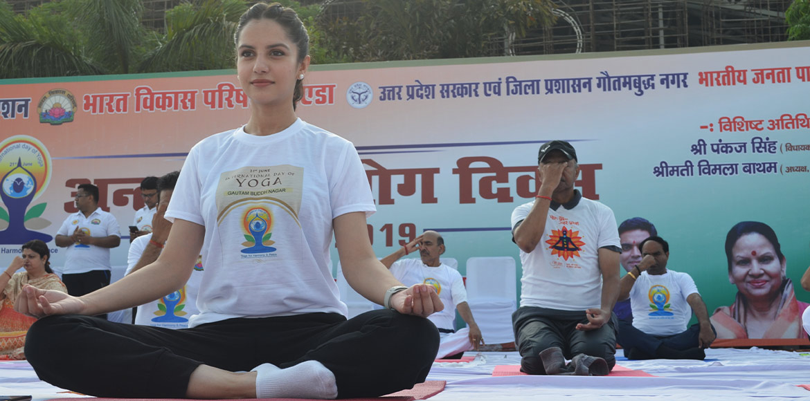 PHOTO KATHA: Huge turn up for Yoga event liven up morning at Noida Stadium