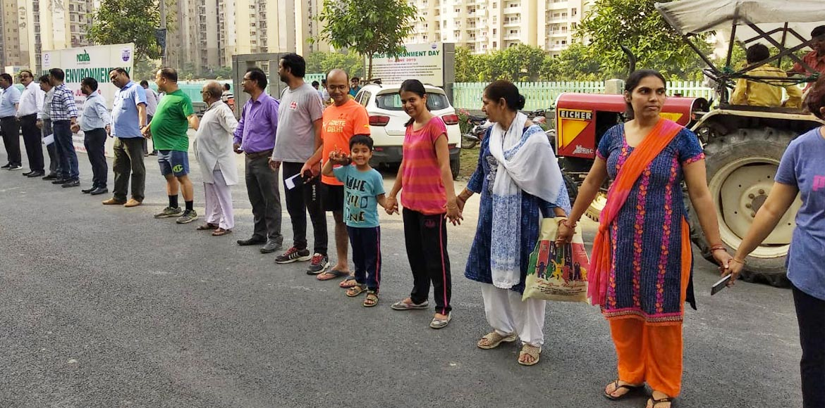Noida residents form a human chain to create environmental awareness