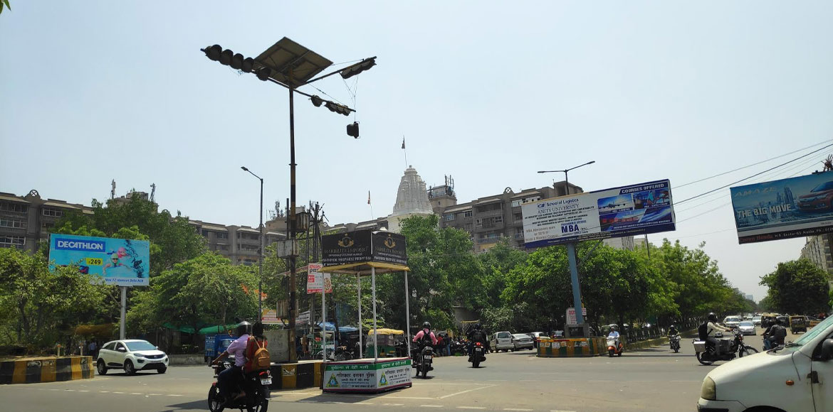 'Hanging' traffic light poses threat to commuters