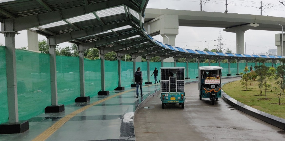 Noida: Walkway connecting Aqua Line to Blue Line inaugurated today
