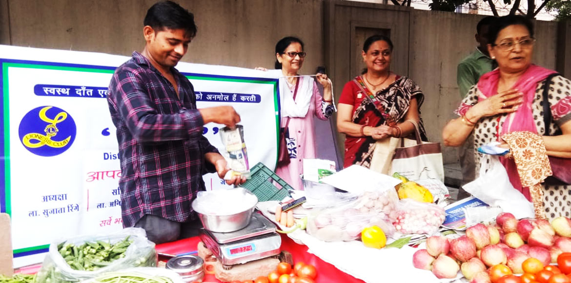 Indirapuram: Lioness Club provide paper bags to shopkeepers of Vaibhav Khand
