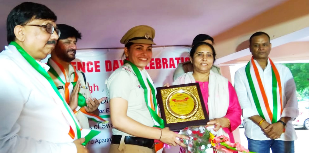 Dwarka residents felicitate cops who received Unio