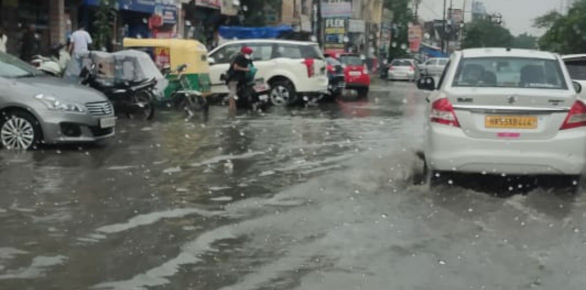 Ghaziabad: Waterlogging at Kala Patthar road causes trouble for commuters