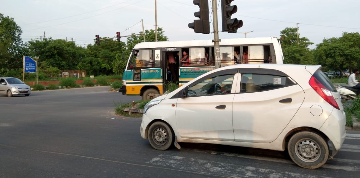 Minibus in Dwarka plying on wrong side captured in camera