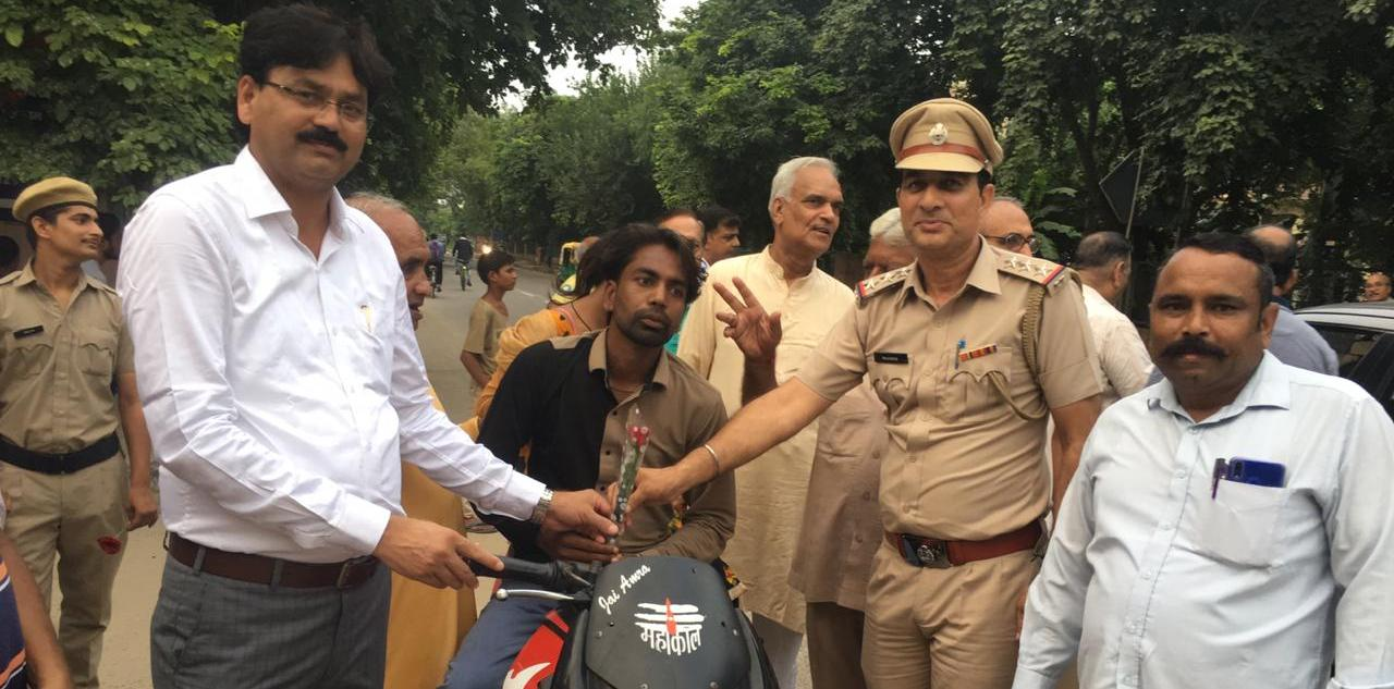 Gurugram police educates motorists on new rules; distributes flowers