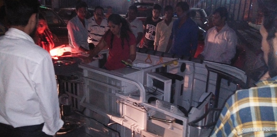 Close shave for mother-daughter as e-rickshaw topples