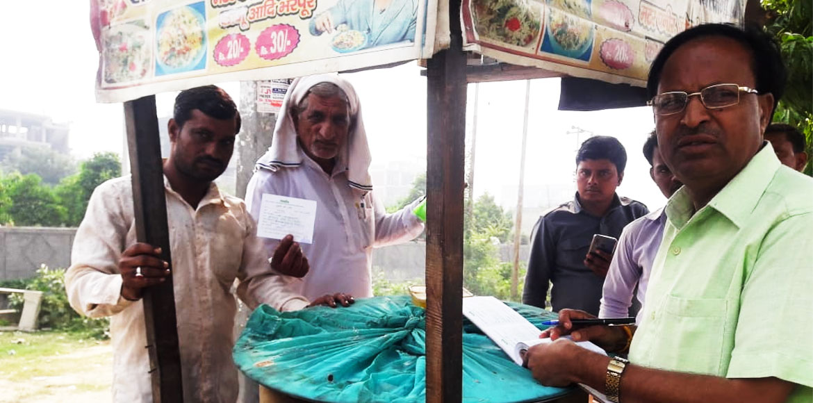 Noida: Vendors caught using poly-bags outside society, fined