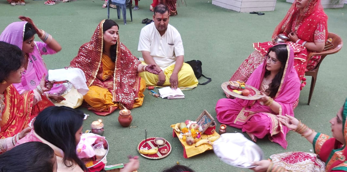Gaur City: Women residents celebrate Karwa Chauth with traditional spirits