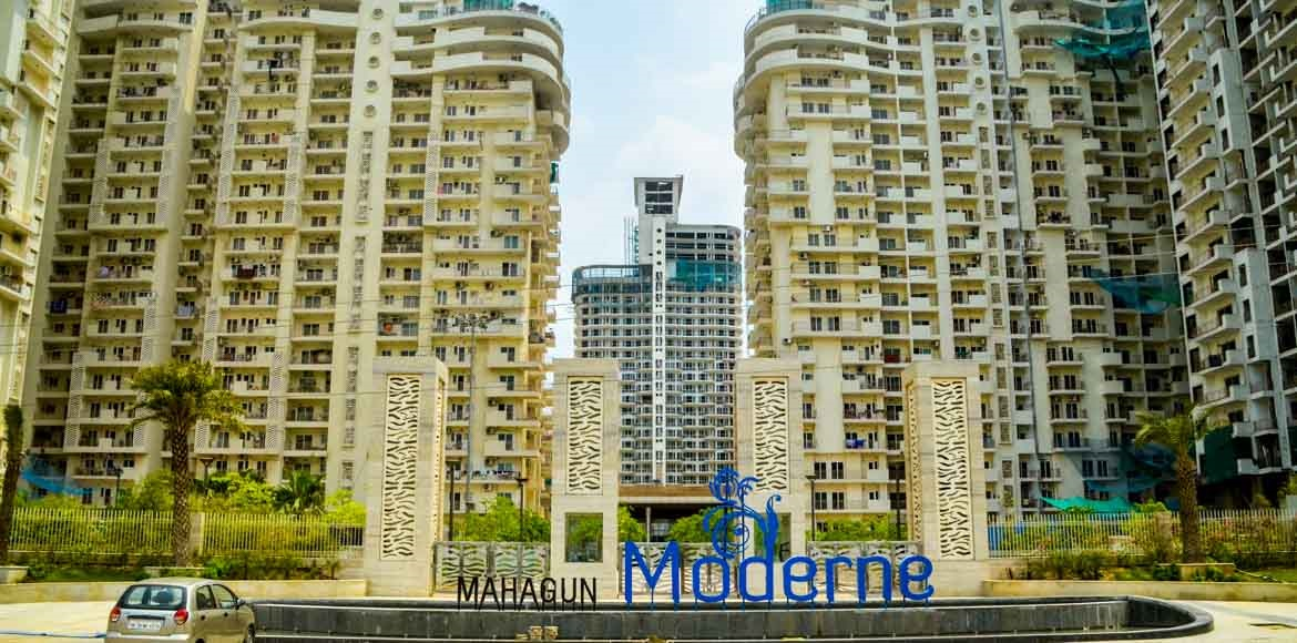 Residents locked out of Mahagun Moderne at night,