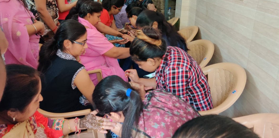 Women throng markets ahead of Karwa Chauth