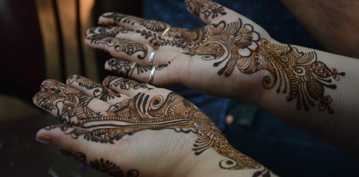 Karwa Chauth: Mehendi stalls a big draw during last minute preparation