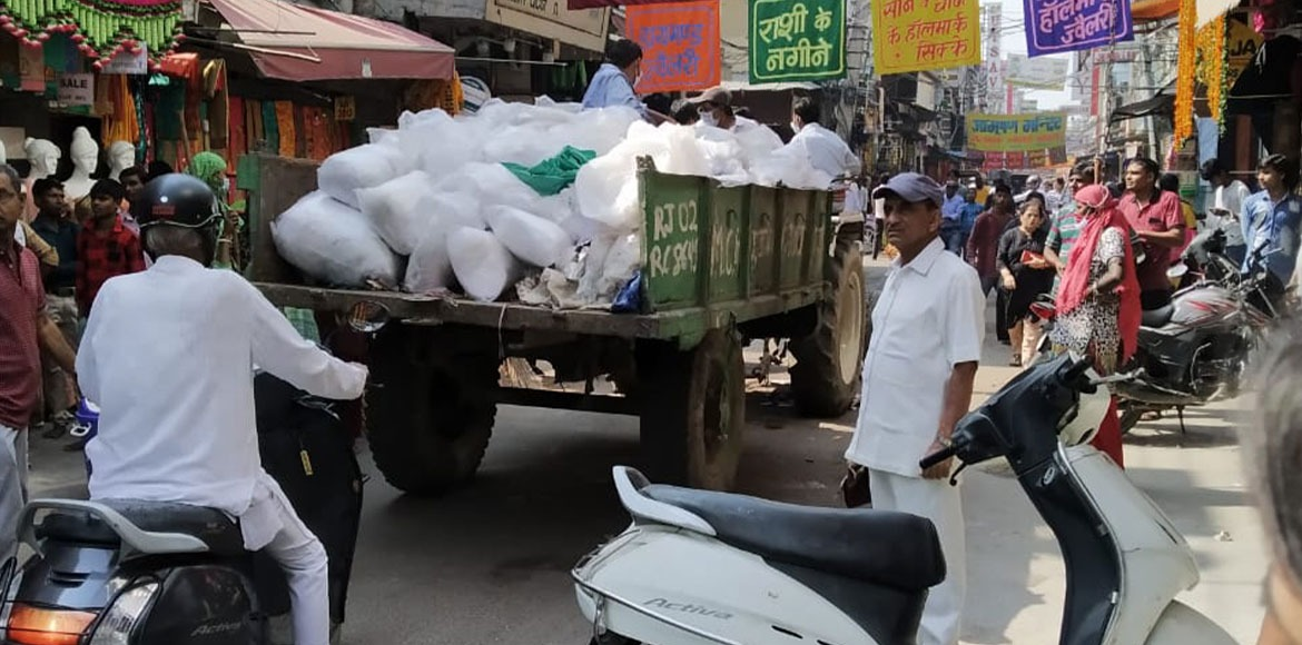 MCG seizes 62 kg of polythene during raid at Sadar Bazar market