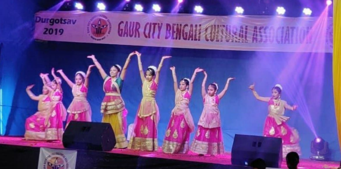 Gaur City: Thousands throng at Dada-Dadi park for Durga Puja