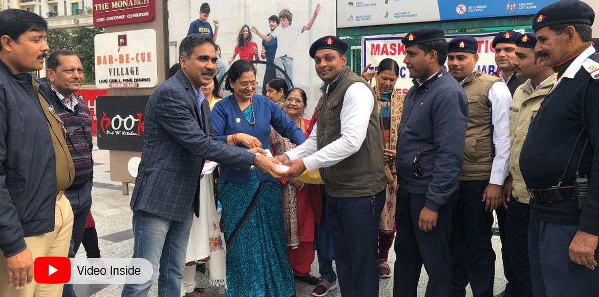 FedAOA distributes pollution masks to traffic police officials at Indirapuram