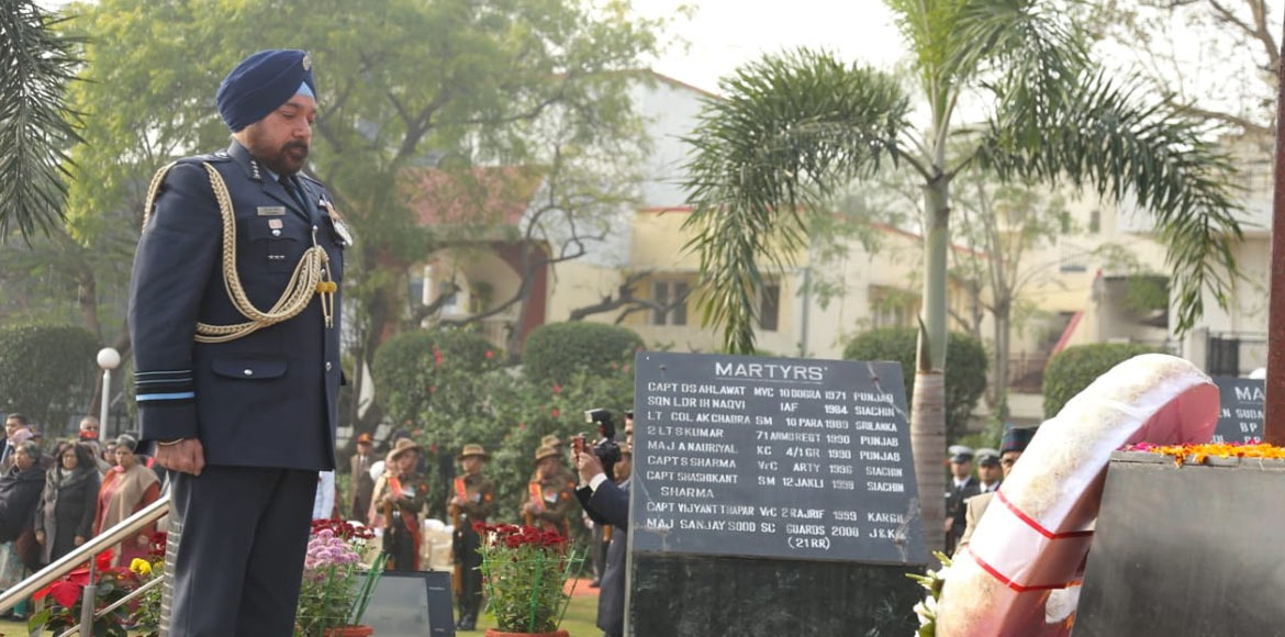 Army stalwarts laid wreath to pay homage to martyrs at Noida
