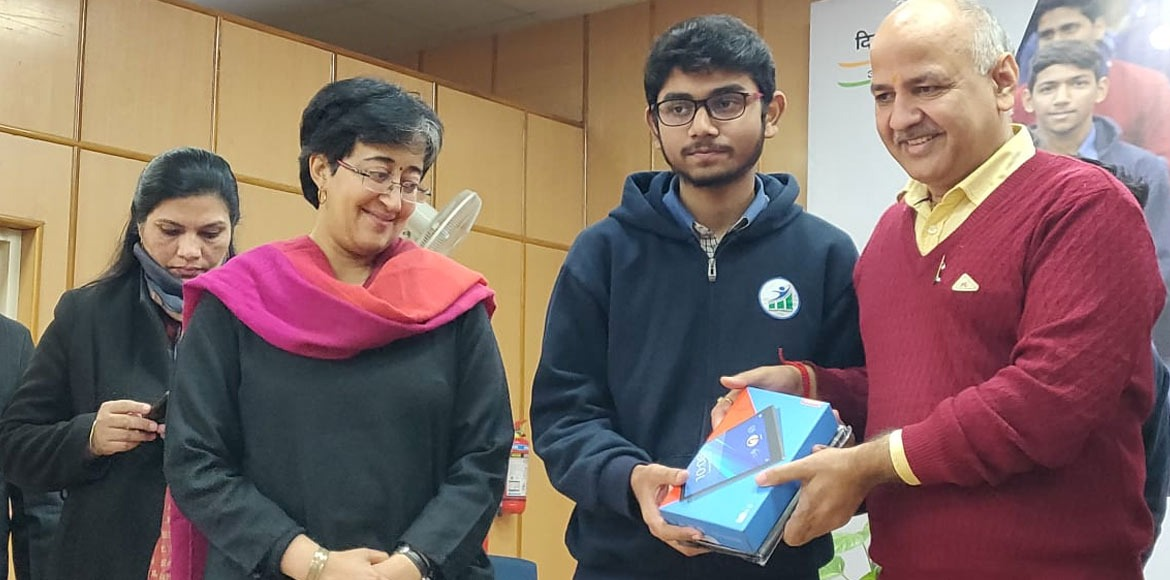 Delhi govt distributes tablets to eligible higher