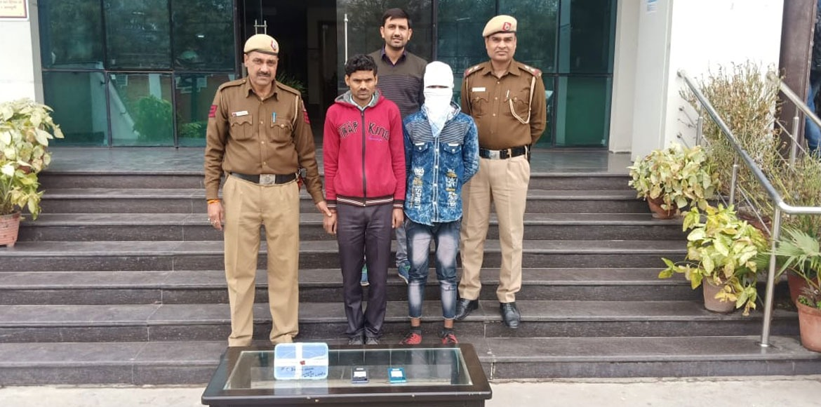 Dwarka police catch hold of prominent mobile snatcher