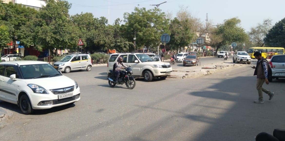 Dwarka: Wrong parking betrays defiance, causes inconvenience