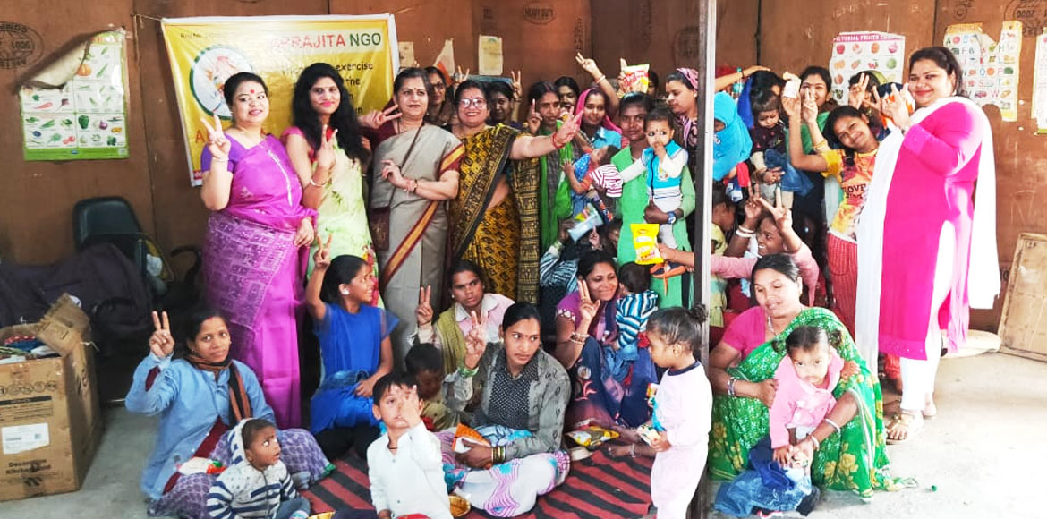 Gaur City: Women distribute food, clothes to labou