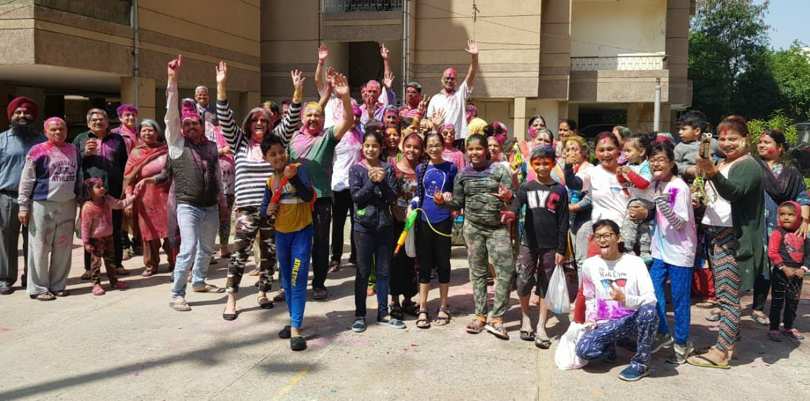 Dwarkiites celebrate Holi in groups for fear of co