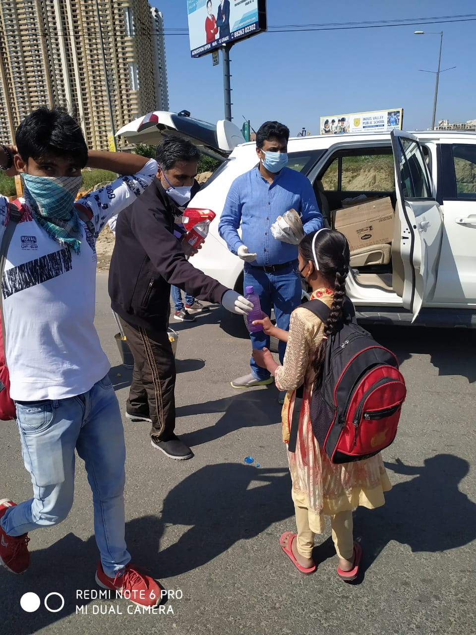 FedAOA indirapuram extends helping hand on migrants on roads
