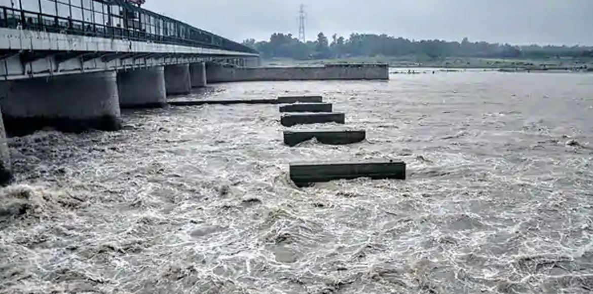 Delhi: Water flows very close to warning mark in Yamuna river