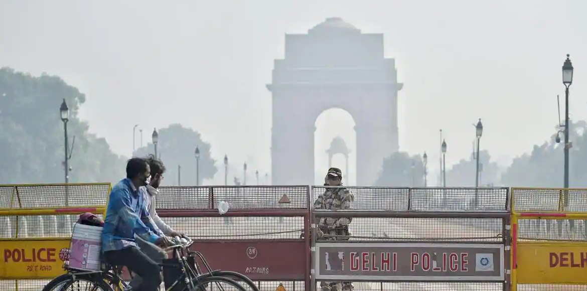 Delhi: Firecrackers banned due to high pollution, worsening Covid situation