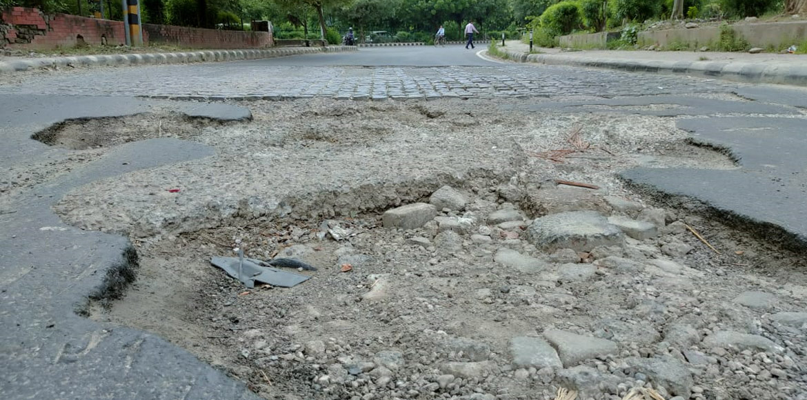 Watch | It's really dangerous for commuters with a crater on Dwarka slip road